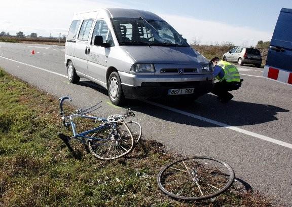 La bicicleta, la furgoneta amb el vidre trencat, i els Mossos fent la investigació.