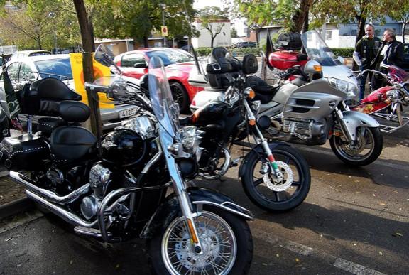 Motos aparcades a l'exterior del pavelló Tagamanent.