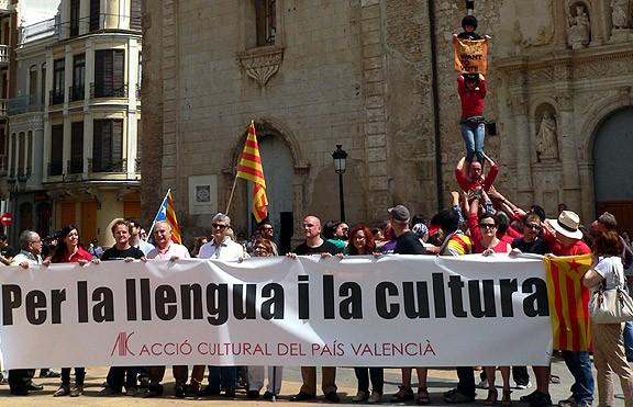 El País Valencià aixeca una muixeranga en suport al 9-N
