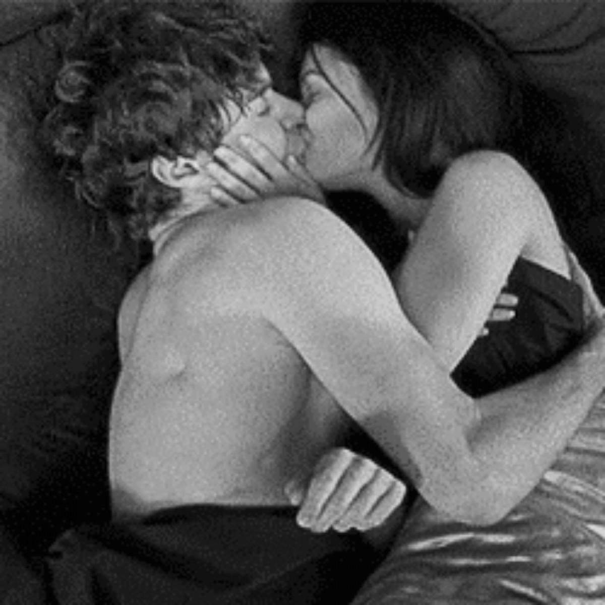 Гифы в постели поцелуи, пусть