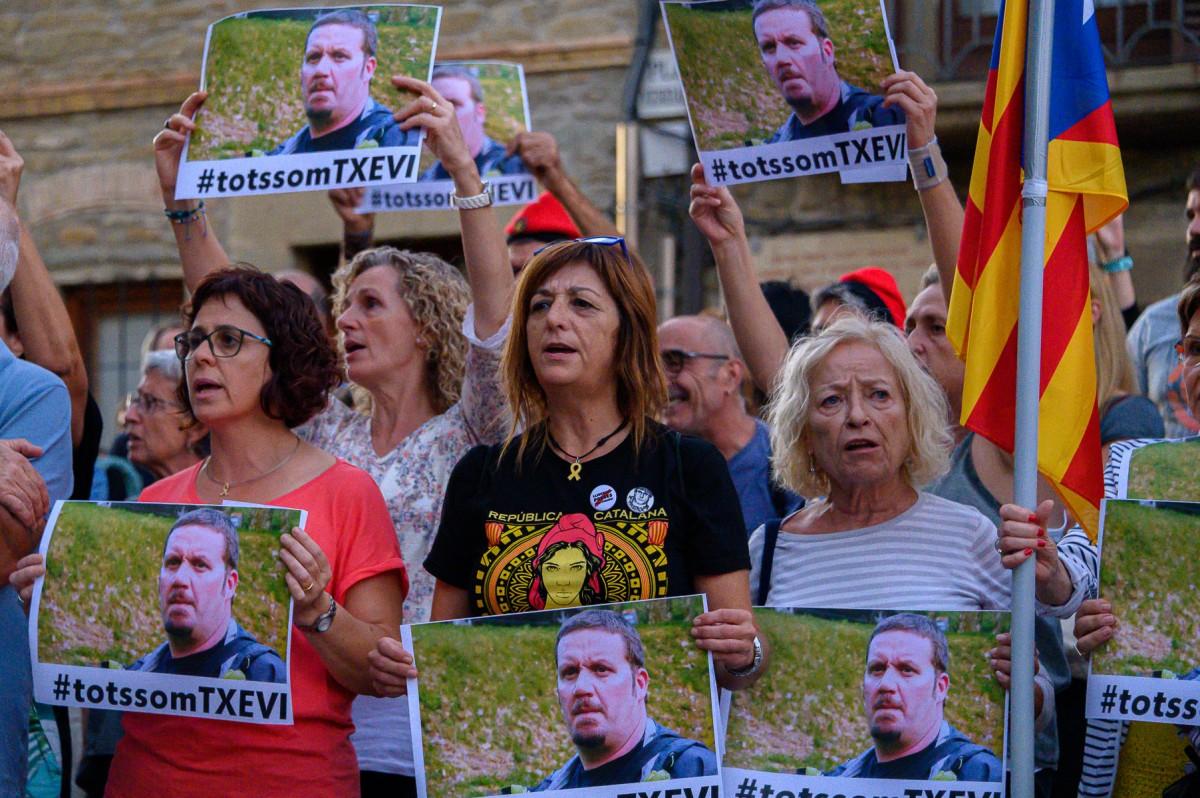 Folgueroles protestante por su vecino detenido, Txevi Buigas, el martes pasado.