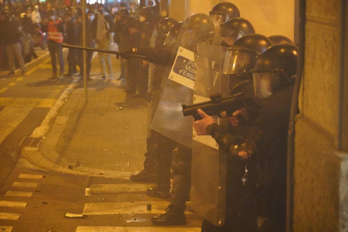 Divuit detinguts i 33 ferits en els aldarulls per l'empresonament de Pablo Hasél | NacióDigital