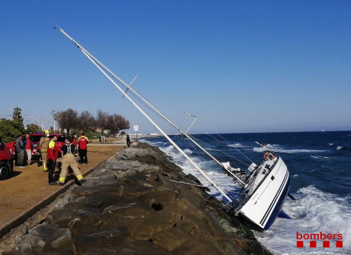Els Bombers rescaten tres persones d'un veler atrapat en unes roques a Premià  de Mar   NacióDigital